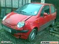 Daewoo Matiz bontott alkatrészei: motorháztető, lökhárító, sárvédő, ajtó.