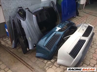 Opel Zafira B bontott alkatrészei: motorháztető, sárvédő, ajtó, lökhárító, lámpa.